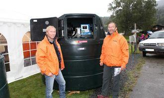 Den største versjonen av Vera Tanks stasjonære DTD-serie rommer 5000 liter drivstoff. DTD-tankene er laget i slagfast dobbeltvegget plast. Hans Christian Trollås (t.v.) og Peter Aanes har tro på at denne vil slå an i markedet.