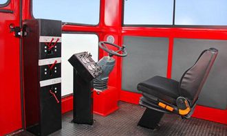 De som styrer hengeren har styrehus, med stol og AC som bekvemmeligheter.