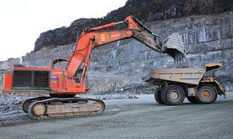 Hitachi EX1200 som skal bort fra bruddet i Jelsa. Cat 390D-en skal ta over