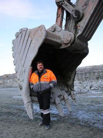 Maskinfører Arne Marvin Landsverk fra Haukeli trives med å føre sin Hitachi EX1200. Den nye graveren er mindre, men de sier den skal være effektiv, sier han til AT.no. Han synes større er bedre. Før EX1200 satt han ved spakene i en EX1800 i bruddet, før denne ble byttet ut med nevnte EX1200.