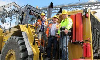 Fra venstre: Maskinfører Geir Gunvaldsjord Jonskås, avdelingsleder ferdigvare Vidar Breistein og maskinintruktør Egil Braathen fra Pon Equipment.