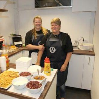 Marianne Tunheim (t.v.) og Marian Hagrim sørger for mat og drikke på BOS område på Transportmessa 2013.
