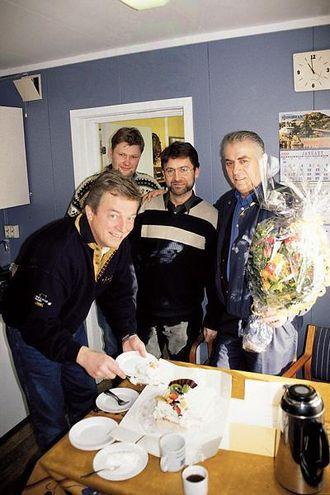 Pay & Brinck overrakte blomster og bløtekake i anledning kjøpet av fire CAT-maskiner. Fra venstre: salgssjef Paul Moi, Pay & Brinck, bergingeniør Knut Petter Netland, NorStone, driftsleder Tore Dale, NorStone og salgsingeniør Toralv Mjelde, Pay & Brinck.