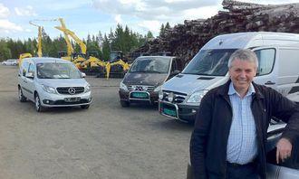 Salgssjef Ivar Gotaas, Bertel O. Steen Romerike AS (Jessheim) med et knippe av de utstilte varebilene.