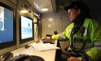 Skanneroperatør Stian Grinden i arbeid inne i skannelastebilen. Volvo-en styres fra dette kontrollrommet under skanningen.