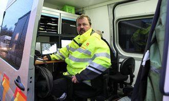 Kontrolleder Geir Thomas Finstad har full kontroll på hva som skjer på plassen fra en «kontorbil».