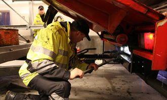 Kontrollør Mareno Skogheim tvinger på bremsene på tilhengeren. Den hadde null bremseeffekt.