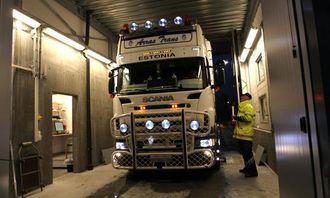 Denne estlandske Scania-en hadde feil farge på en del lys i front og dårlig utsyn fra førerplassen på grunn av diverse gjenstander som var plassert på dashbordet og på frontruta. Kontrollør Uno Rogneby forteller sjåføren på engelsk hva som må til for at han skal få kjøre videre.