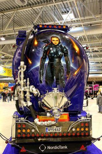 En kriger med planet og kometer bak på hengeren som hører til XTAR.