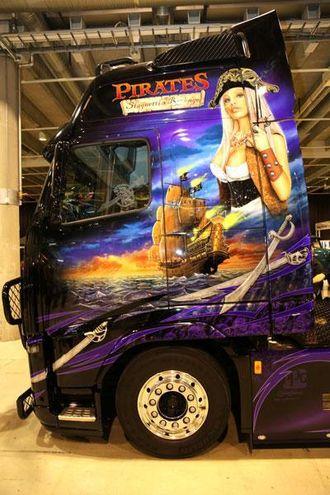 Pirates - Stagnetti's Revenge fikk pris for beste lakk under Scandinavian Truck Trophy 2012. Det er Kjetil Bjørnbakk fra Arendal som eier trekkvogna.