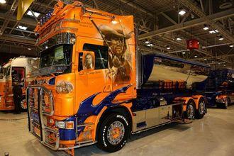 Svenske Denny Syren sin Scania R470 fra 2002. Den er døpt «Macahan Truck», og har motiver fra tv-serien der Macahan figurerte.