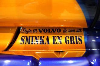 Den vanlige rivaliseringen mellom Scania- og Volvo-sjåfører kommer til syne på Denny sin lastebil.
