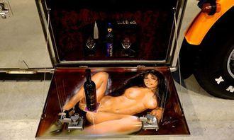 Når man lukker opp den ene verktøykassa på bilen til Denny er det ikke verktøy der, men dette bildet og mulighetene til å drikke vin. Dennys kone Monica sier til AT.no at det ikke gjør noe at mannen plasserte en dame i verktøykassa, så lenge hun fikk sine Macahan-bilder på utsiden av lastebilen.