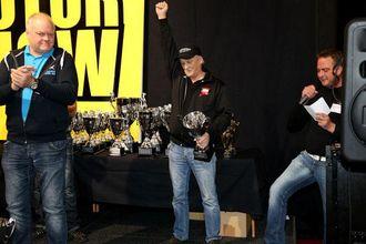 Thord Gahne fra Visby i Sverige strekker armen i været da han blir ropt opp som vinner av Scandinavian Truck Trophy 2012 med «Big Chief». Til venstre står Ralf Ekdahl som tok andreplass med «Road Cruiser».