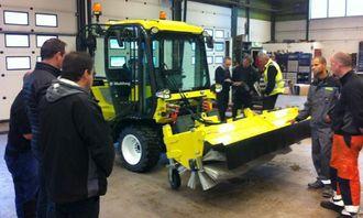 Flere representanter fra kommuner på Østlandet var på besøk på anlegget til Bulder på Solbergmoen for å se Multihog-maskinen.
