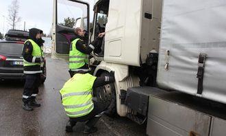 Her sjekker kontrollør Trond Høivangli dekk mens tollinspektører sjekker papirer og diesel.