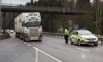 Biler ble kontrollert både i nordgående og sørgående kjørefelt på E18, men mange ble vinket videre.