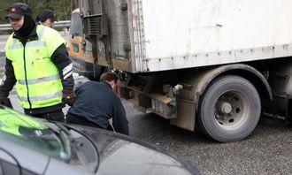 Denne sjåføren måtte vaske baklysene før transporten kunne fortsette.