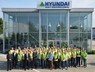 MEF-gjengen foran hovedinngangen på Hyundais Europa-hovedkontor.