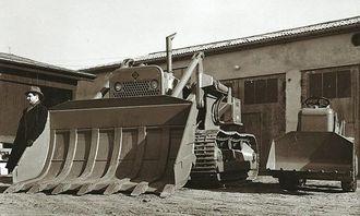 Engang landets største: I 1955 leverte Hesselberg landets største beltelaster til Konrad Hesleskaug i Askim. Beltelasteren, eller shovelen som veteranentreprenørene sier, har fått selskap av den minste Allis-Chalmers-lasteren, TL6.