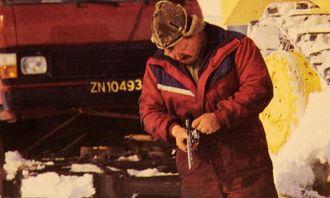 Ingen beveger seg i ødemarken på Svalbard uten våpen. Karene som kjører sledetransport mellom Longyearbyen og Svea om vinteren sitter alene i dozeren i opptil 13 timer. Våpenet er alltid med.
