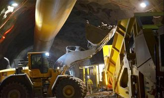 Knuseren blir matet. Den kan tygge ca. 350 tonn i timen.