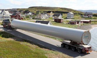 Lange og tunge transporter er blitt et vanlig syn i Kongsfjord. Transportene av 15 vindgeneratorer har foregått i mange uker sommeren 2014. Bilen med mellomtårnet er en MAN 540 hk 8x4 med styring på to aksler standard girkasse med converter.