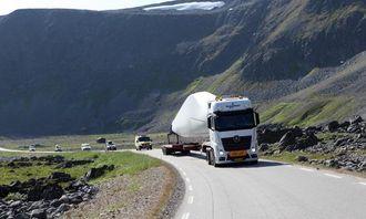 Bakre del av konvoien kjører gjennom den storslåtte naturen ved Berlevåg med turister og lokalbefolkning på hjul. Trekkbilen med vingen er en Mercedes-Benz 510 hk, 6x2 med standard girkasse.