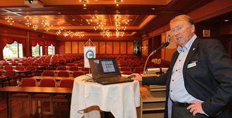 Roald Johannesen i MEF rigget lørdag morgen til konferansesalen der 300 tilhørere skal ta plass.