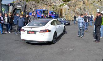 En Tesla el-bil var på messen, og de besøkende kunne prøvekjøre den spreke bilen.