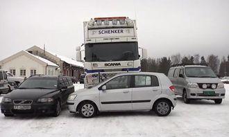 En fører i lastebilen vil ikke ha mulighet til å se noen av personbilene rundt ham - de er alle i blindsonen.