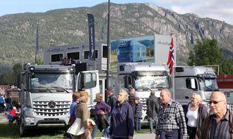 Det var mange som fikk med seg de oppstilte Mercedes-Benz-lastebilene ved inngangen.