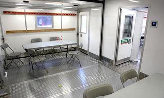 Det mindre rommet. Legg merke til Swix-festene på veggen.