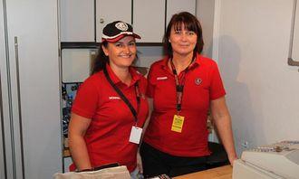 Markedskoordinator i Scania Norge, Irene Schanke, og Siri Gallefoss i Profilforum arbebidet i Scania-shopen da AT.no var innom på Oslo Motor Show.
