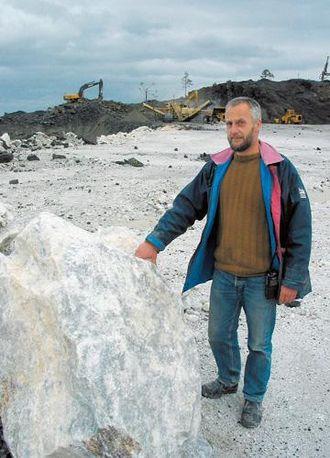 Daglig leder Karl Johan Eide markerer at hovedproduktet er marmor.