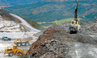 Parallelt med driving av marmor og ekolitt avdekkes nye områder i bruddet.