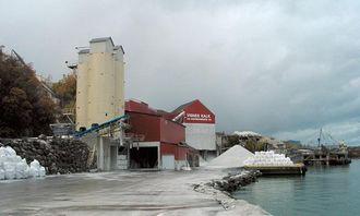 Med egen 55 meter kai og isfri havn går det meste av transporten i dag på kjøl.