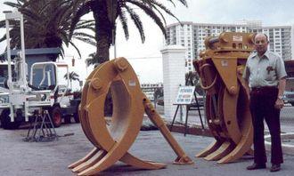 Grunnleggeren av bedriften, Roy LaBounty, viser sine grabber på en utstilling i Florida i 1974.