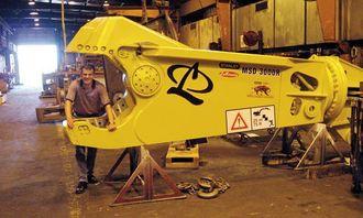 Markedskonsulent Uwe Kausch i kjeften på en MSD 3000R stålsaks med klippekraft på 1479 tonn innerst i kjeven.