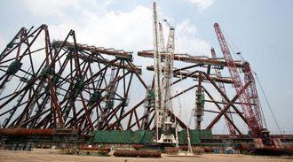 Mange tusen tonn stål på vei til å bli en oljeplattform.