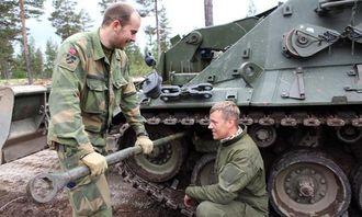 Fenrik Flatla og grenader Torgeir Evjen strammer belte på IngPV-en. Det var nemlig så slakt at det holdt på å falle av.
