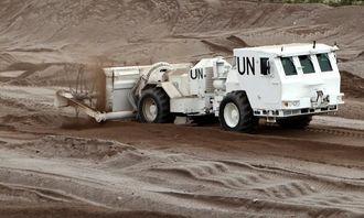 Hydrema-en i aksjon. Her er det Ernst Morten som kjører minerydderen.
