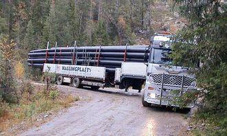 Det krever en dyktig sjåfør når lange plastrør skal transporteres på bratte og svingete skogsbilveier.