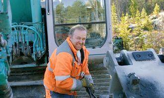 Pål Kleven fra Valdres Anlegg AS og hans Kobelco SK210 har pigget og boret ved demningen og på en ny, kort veistubb.