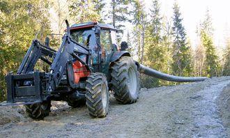 I det øverste partiet har sleping og utlegging av rørledningen blitt foretatt med en Valmet-traktor.