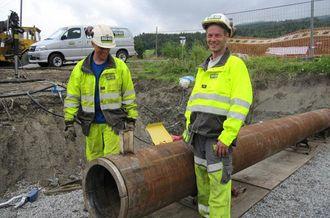 Anleggsleder Knut Skorta og maskinfører Håvard Grøstad på en rørpressingsjobb.