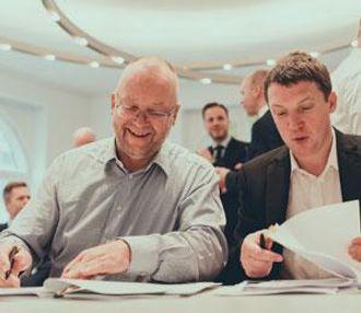 Adm. direktør Ole Kessel i Transvision AS (t.v.) og konsernsjef Jimmy Martin i AMCS Group.
