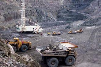 Tre kjemper på jobb; den nye boreriggen, en LeTourneau hjullaster på 125 tonn og Cat-trucken 789C på ca. 120 tonn.
