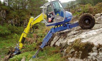 Maskinfører Roar Nyvoll i gang med rensking av skogbunnen på det nye feltet hos Oster Pukk.