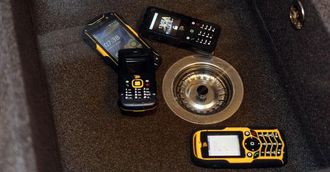 Mens telefonene lå i vasken sendte vi meldinger og ringte til dem. Og de lyste opp.